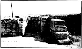 Gambar 3. Sisa-sisa peninggalan Masjid di hadapan Gua Kahfi (Sumber: Waziry, 2013: 171)